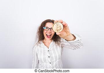 doré, affaires femme, argent, projection, bitcoin, virtuel, cryptocurrency, coin., concept., surpris