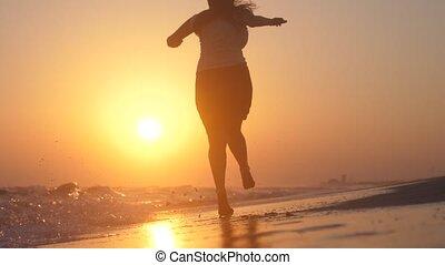 doré, courses, femme, pieds nue, soleil, sauts, motion., jeune, surprenant, lent, coucher soleil, mer, 1920x1080, heureux