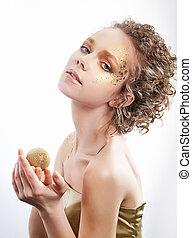 doré, femme, bouclé, beauté, doré, -, cheveux façonnent, luxe, make-up.