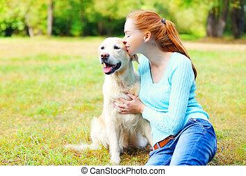 doré, femme, chien, propriétaire, baisers, herbe, retriever, heureux