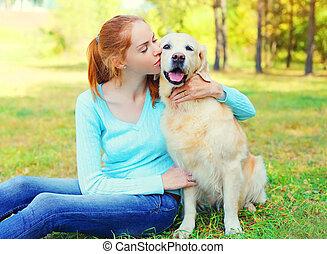 doré, femme, chien, propriétaire, herbe, retriever, heureux