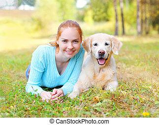 doré, femme, heureux, chien, propriétaire, portrait, sourire, herbe, mensonge, retriever