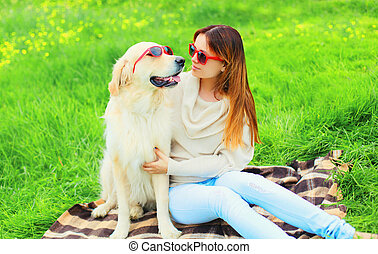 doré, femme, lunettes soleil, été, chien, ensemble, propriétaire, herbe, jour, retriever