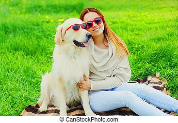 doré, femme, lunettes soleil, été, heureux, chien, ensemble, propriétaire, sourire, herbe, jour, retriever