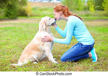 doré, femme, parc, chien, propriétaire, baisers, retriever, heureux