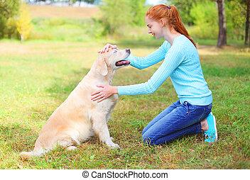 doré, femme, parc, chien, propriétaire, herbe, caresser, retriever, heureux