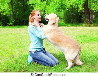 doré, formation, femme, elle, été, parc, chien, propriétaire, herbe, heureux, retriever