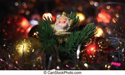 doré, jouet, babioles, figure, arbre, claus, lights., artificiel, quatre, miniature, arbre., santa, entre, pendre, clignotant, noël, entouré