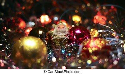 doré, jouet, babioles, figure, bois, claus, lights., surface, quatre, miniature, arbre., santa, entre, pendre, clignotant, noël, entouré
