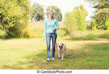 doré, marche, femme, été, parc, chien, ensemble, propriétaire, retriever, heureux