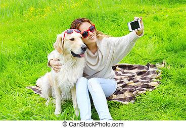 doré, smartphone, selfie, été, prendre, chien, femme, propriétaire, portrait, jour, retriever