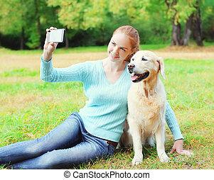 doré, smartphone, selfie, été, prendre, chien, femme, propriétaire, portrait, retriever, jour, heureux