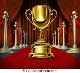 doré, tasse, sur, a, moquette rouge, à, rideaux velours