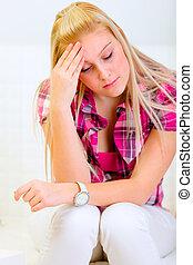 dor de cabeça, mulher, sofá, sentando