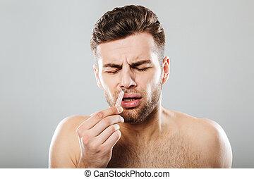 dor, removendo, cabelo, nariz, pinça, homem
