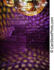 dorado, espejo, pelotas, reflejar, luces, en, dramático, oscuridad, disco, pared ladrillo