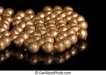 dorado, pelotas, en, un, fondo negro