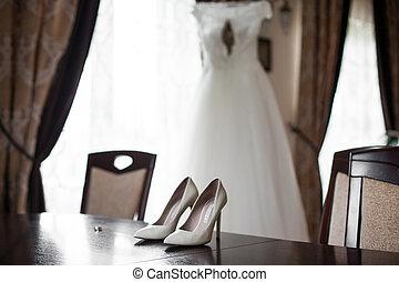 dorato, scarpe, tavola, anelli, elegante, fondo, matrimonio, elegante, vestito bianco