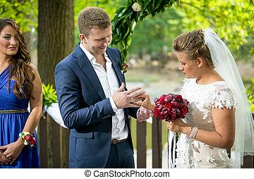 dorato, sposo, anelli, sposa, mettere, sorridere felice