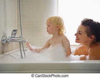 dorlotez baignoire, jouer, mère