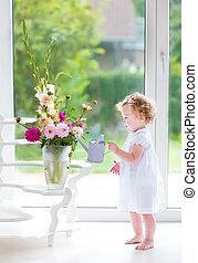 dorlotez fille, arrosage, adorable, fleurs