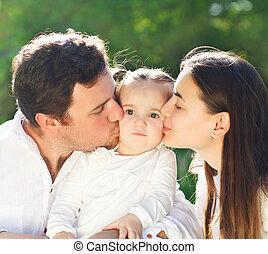 dorlotez fille, jeune famille, heureux