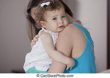 dorlotez fille, maman, réconfortant, elle
