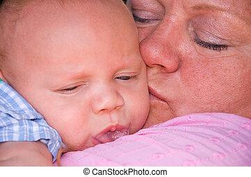 dorlotez garçon, grandiose, grand-maman, blottir
