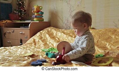 dorlotez garçon, jouet, jouer, heureux