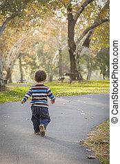dorlotez garçon, marche, parc, jeune