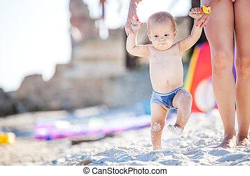 dorlotez garçon, marcher long plage, à, maman, soutien