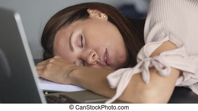 dormir, employé, ordinateur portable, épuisé, femme, bureau...