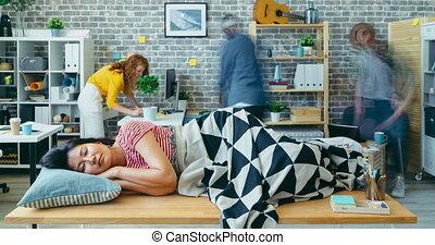 dormir, ouvrier, fait zoom, bureau, défaillance, table, temps, lieu travail, femme