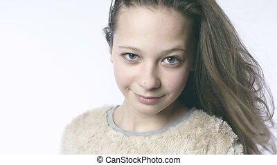 dorosły, patrzeć, od, niejaki, młody, girl., piękny, dziewczyna, w, powolny ruch, na, niejaki, biały, tło.