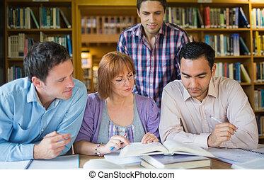 dorosły, studenci, badając, biblioteka, razem