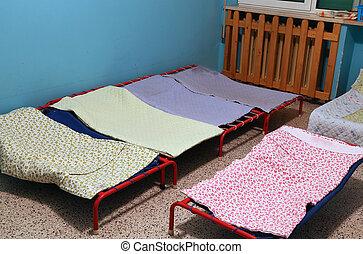 dortoir lits cr che sommeil petits enfants dortoir photo de stock rechercher. Black Bedroom Furniture Sets. Home Design Ideas