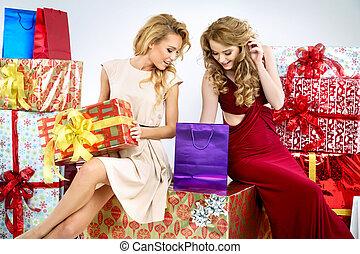 dos, adorable, mujeres, con, regalos de navidad