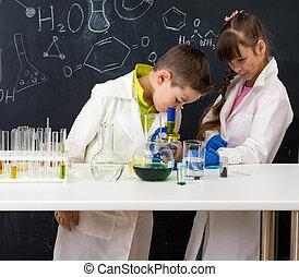 dos, alumnos, mirar, químico, experimento