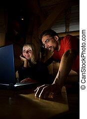dos amigos, trabajo encendido, un, computador portatil