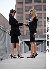 dos, atractivo, hispano, empresarias, al aire libre