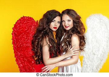 dos, atractivo, moda, mujeres, llevando, en, ángel traje, con, alas