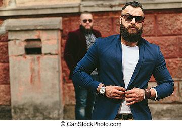 dos, barbudo, hombres, en, el, plano de fondo, de, uno al otro