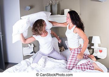 dos, Cama, pelea, almohada, atractivo, teniendo, mujeres