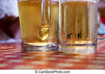 dos, copas de cerveza