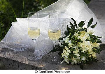 dos, copas de champán, y, ramo nupcial