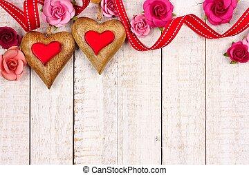 dos, día de valentines, madera, corazones, con, papel, rosas, contra, blanco, madera