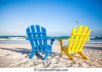 dos, de madera, chairs:, amarillo y azul, en, un, blanco, playa arenosa, méxico