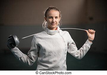 dos, derrière, jeune, escrimeur, gymnase, position souriante, elle, épée, femme