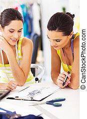 dos, diseñadores de modases, trabajo junto