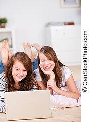 dos, divertido, joven, niñas adolescentes, utilizar, un, computador portatil